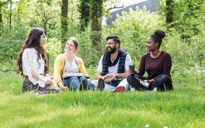Se você está pensando em estudar no exterior, mas acha que pode ser difícil fazer amigos, não se preocupe.